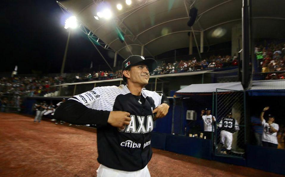 Jaime Brena agradece al público al hacerse oficial su retiro. Foto: Guerreros