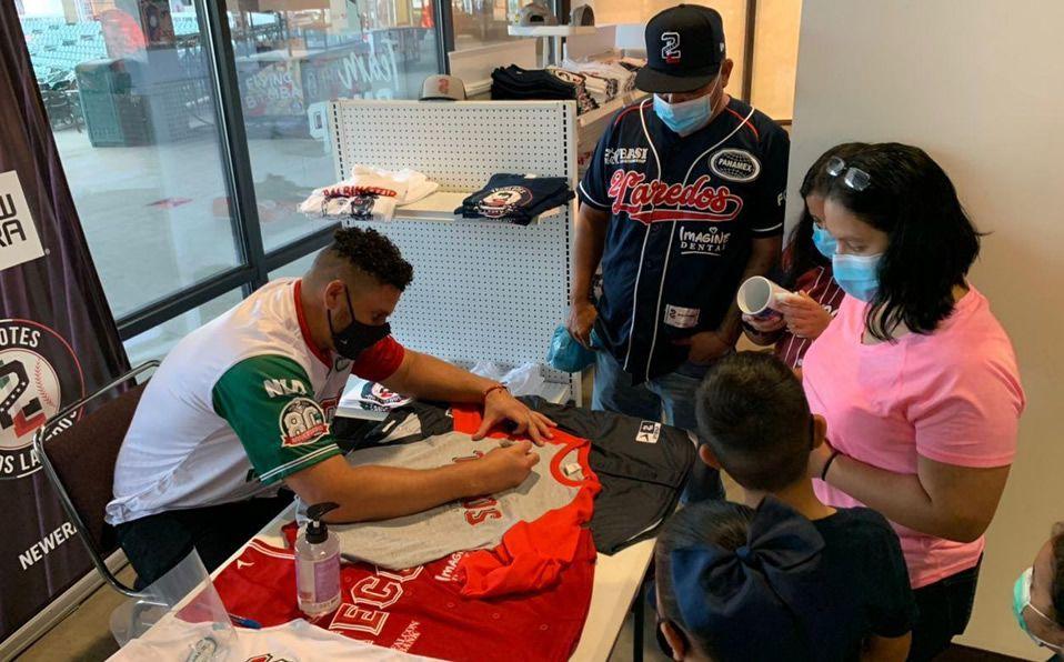 Fans de Tecolotes conviven con jugador y manager