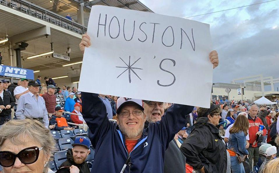 Matthew Sillman fue uno de los aficionados que se presentó con su pancarta. (Foto: @FusaroESPN)