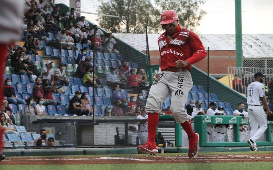 Jon Singleton anotó la segunda carrera de los Diablos Rojos en el encuentro del jueves en León. Foto: Bravos de León