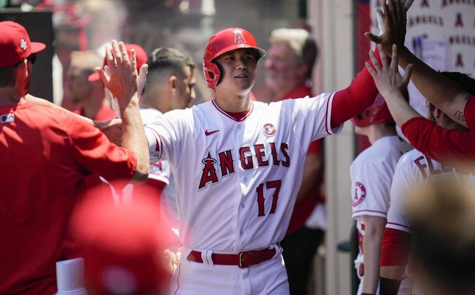 Por primera temporada en MLB, Shohei Ohtani está bateando y lanzando en los juegos. (AP)