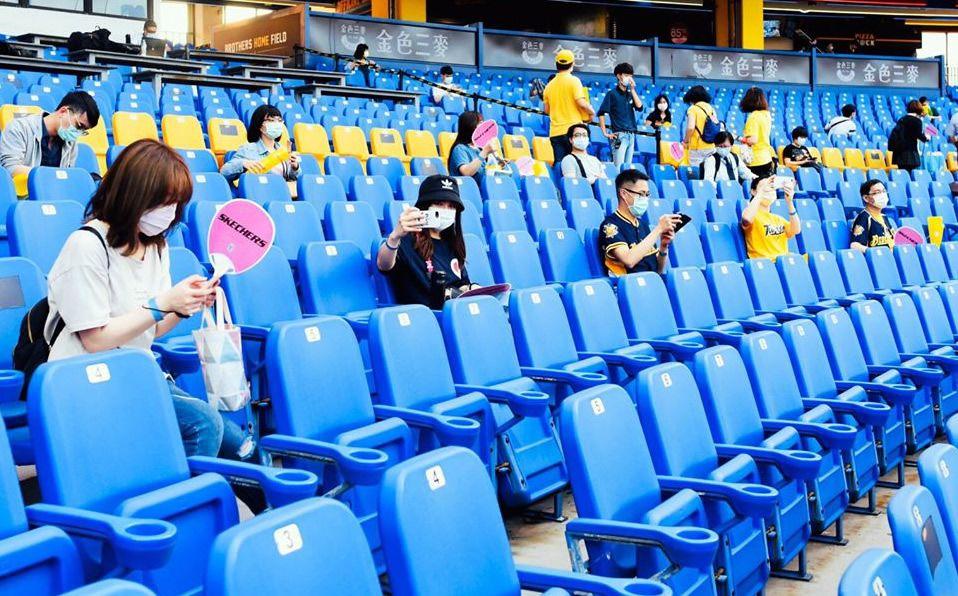 Cada aficionado tuvo que tomar por lo menos tres asientos de distancia. (Foto: Facebook/heartbaseball)