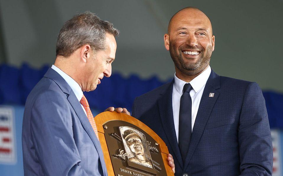 Derek Jeter al recibir su placa como integrante del Salón de la Fama. Foto: MLB