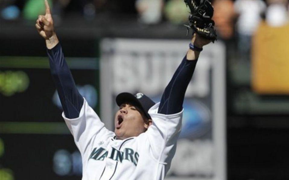 Félix Hernández celebra tras lanzar un juego perfecto en la MLB con los Mariners. (AP)