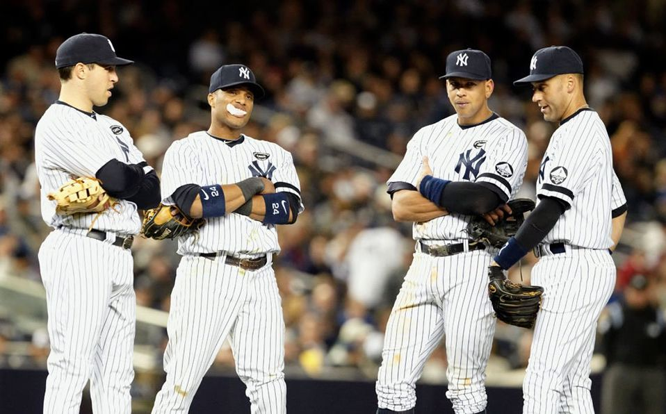 El shortstop y los jugadores que cubren las bases son con llamados infield, mientras los jardineros son outfielders.
