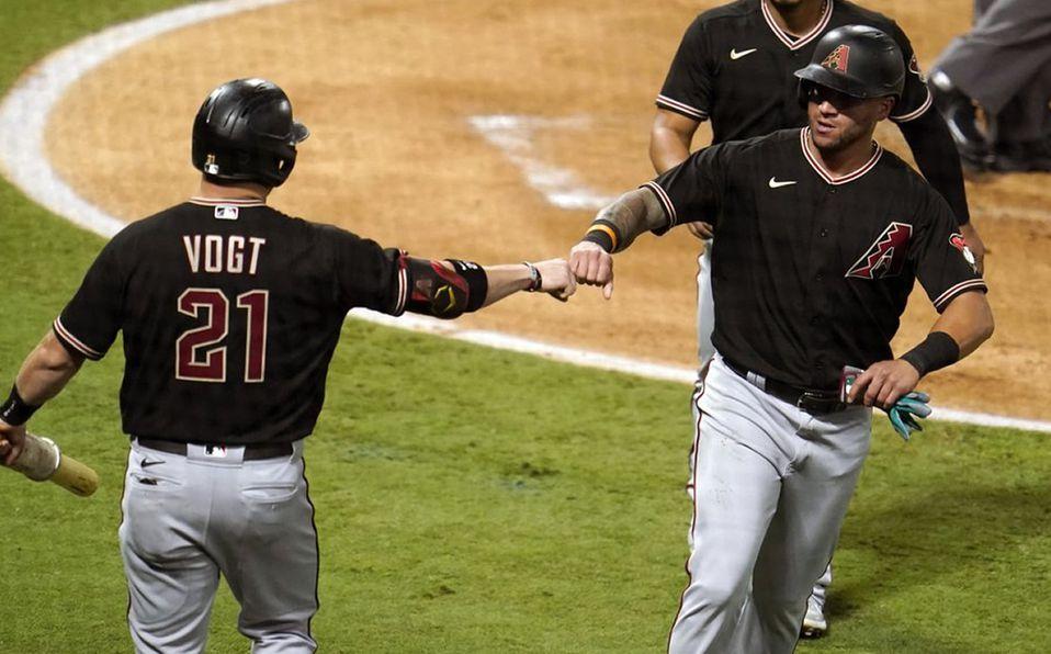 David Peralta se saluda con Stephen Vogt después de anotar. Foto: AP