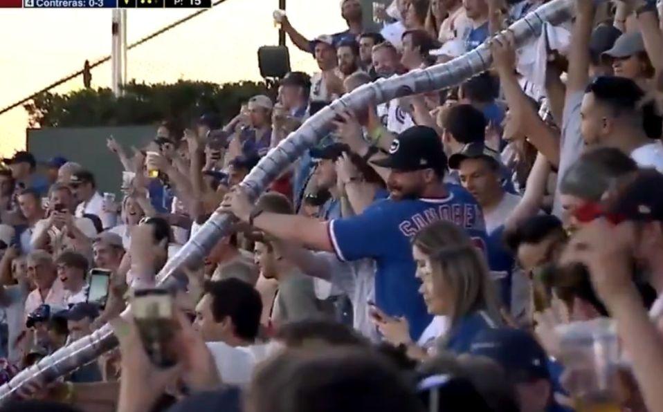 La serpiente se hizo en el juego entre Cardinals y Cubs, el estelar de este domingo en MLB.  (Captura de pantalla)