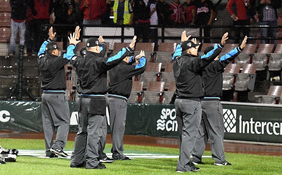 Los umpires notifican que el juego es suspendido o cancelado. (Foto: Enrique Gutiérrez)