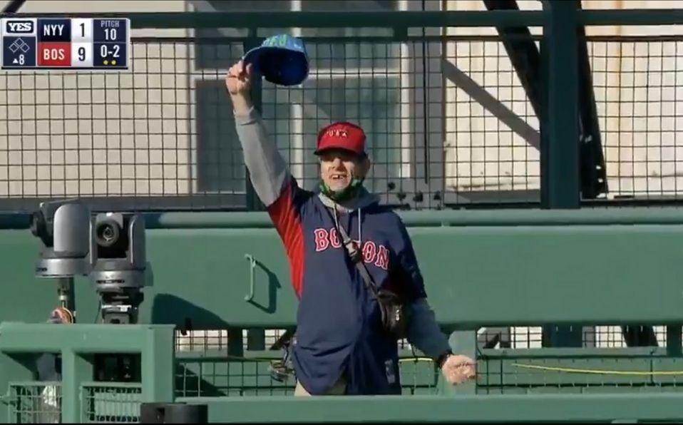 El aficionado gritó y arrojó una gorra de los Yankees al campo. (Foto: Captura de pantalla)