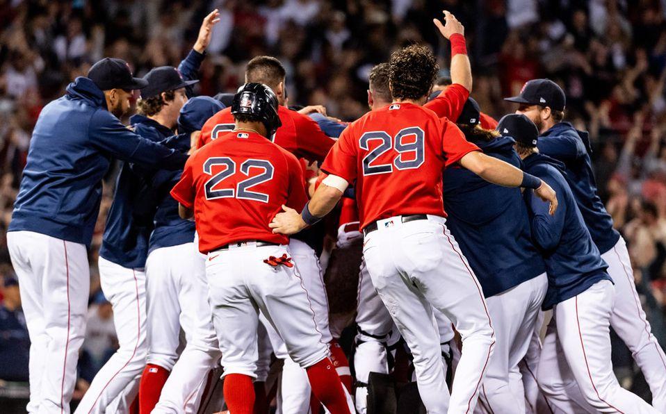 Los Red Sox salieron a celebrar con Kike Hernández, después de que pegó su fly de sacrificio. Foto:@RedSox