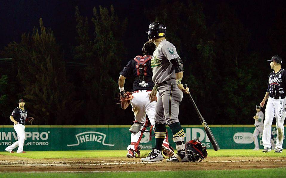 El catcher Israel Nuñez (León) se encamina hacia la primera base reclamando a Jesús Arredondo