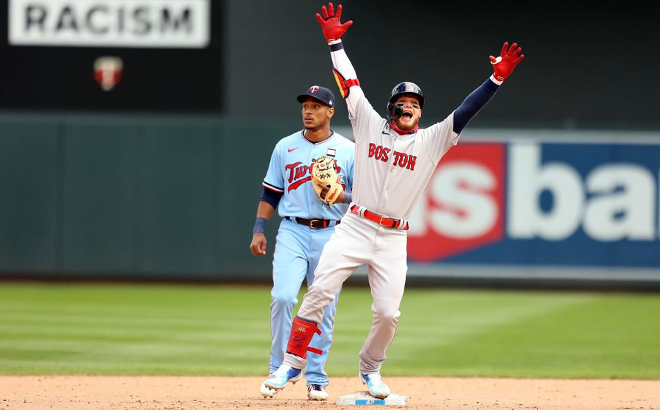 Alex Verdugo llegó a segunda base después de pegar un doblete productor de tres carreras. Foto: Red Sox