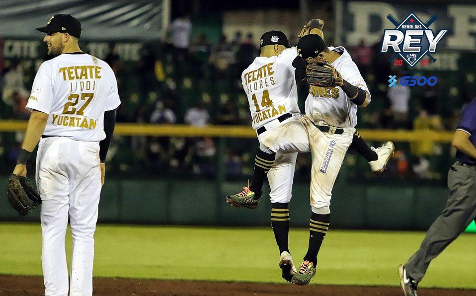 Así celebraron Jorge Flores y Walter Ibarra al caer el out 27 en el Juego 3 de la Serie del Rey. Foto: Leones de Yucatán