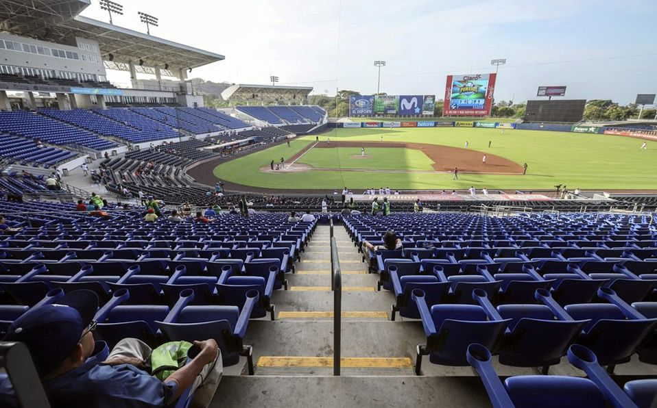 Una persona observa un juego en el Estadio Dennis Martínez durante la pandemia. (Foto: AP)