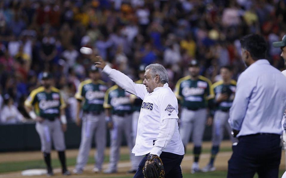 Andrés Manuel López Obrador reinaugura el Estadio Francisco Carranza. Foto: Héctor Téllez (Milenio)