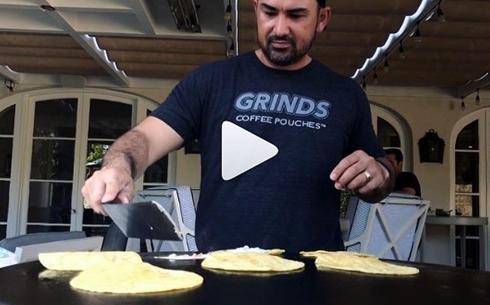 Adrián González presume su habilidad para preparar tacos
