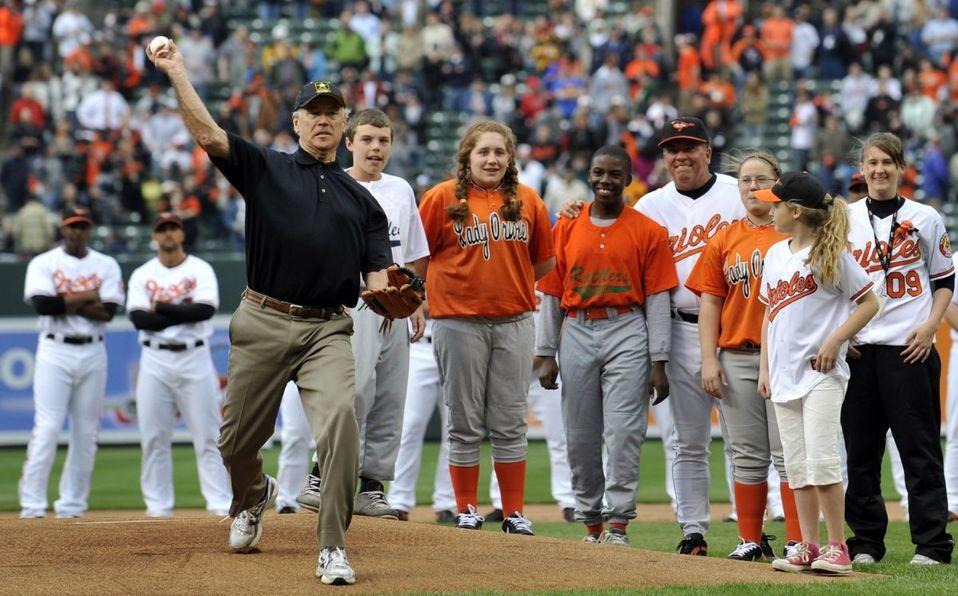 Joe Biden lanzó la primera bola en un juego de los Orioles en 2009. (Foto: AP)