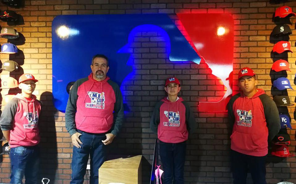 Tres de los jugadores y el coach Acosta visitaron las oficinas de MLB México. (Foto: @MLB_México)