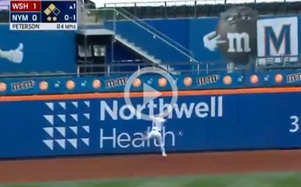 [VIDEO] Atrapadón de McNeil y sale lesionado