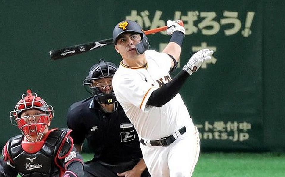 Christian Villanueva se queda en Japón