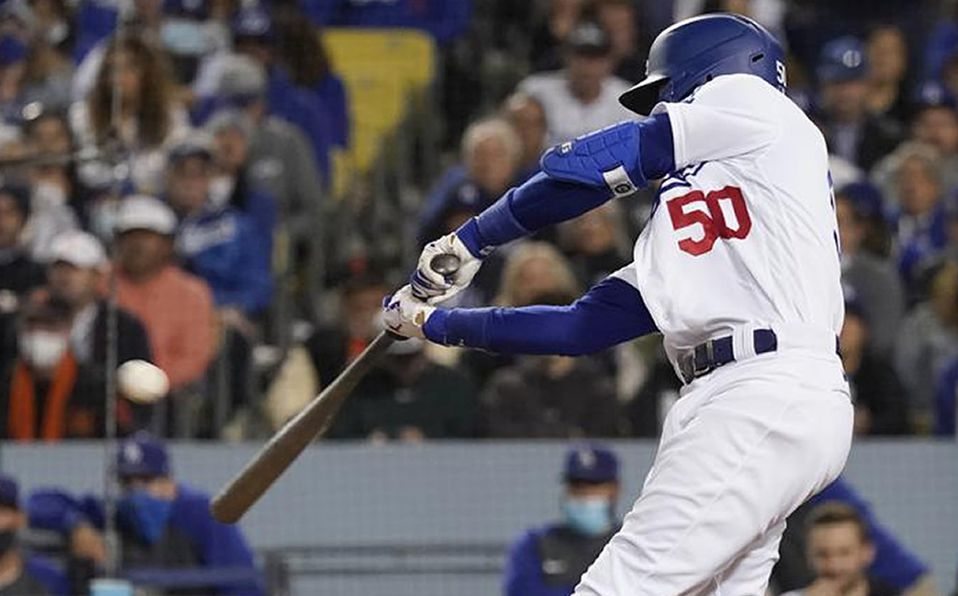 Mookie Betts pegó un jonrón de dos carreras con el que Dodgers se alejó 4-0. Foto: AP