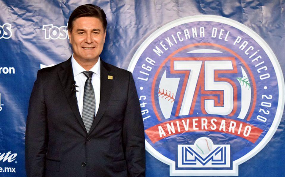 El presidente develó el logo conmemorativo del aniversario 75 de la liga de la costa. (Foto: Cortesía)