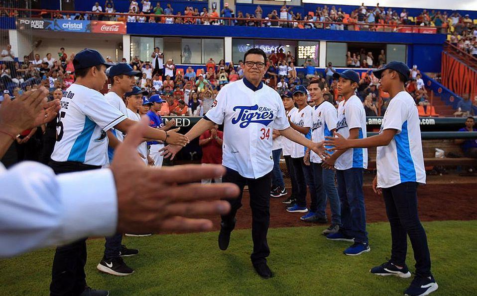 Fernando Valenzuela sale del dugout de los Tigres al ser presentado para iniciar su homenaje