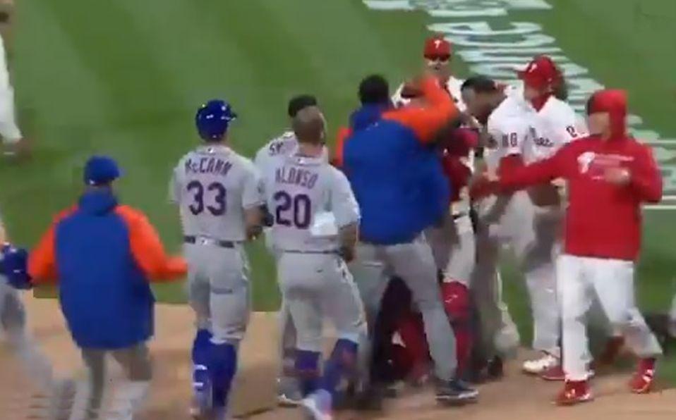 Así se vaciaron las bancas entre Phillies y Mets. Foto: Especial