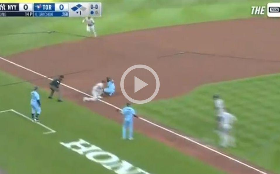 Gleyber Torres completó el triple play en la tercera base al tocar a Marcus Semien. Foto: Especial