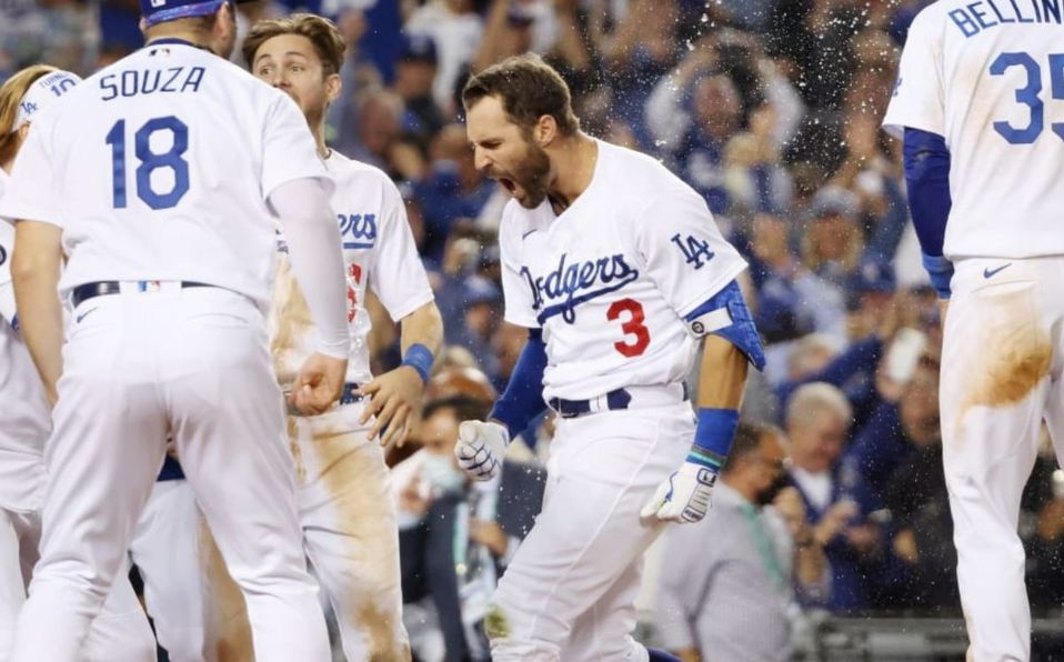 Chris Taylor hizo estallar en júbilo el Dodger Stadium. (MLB)